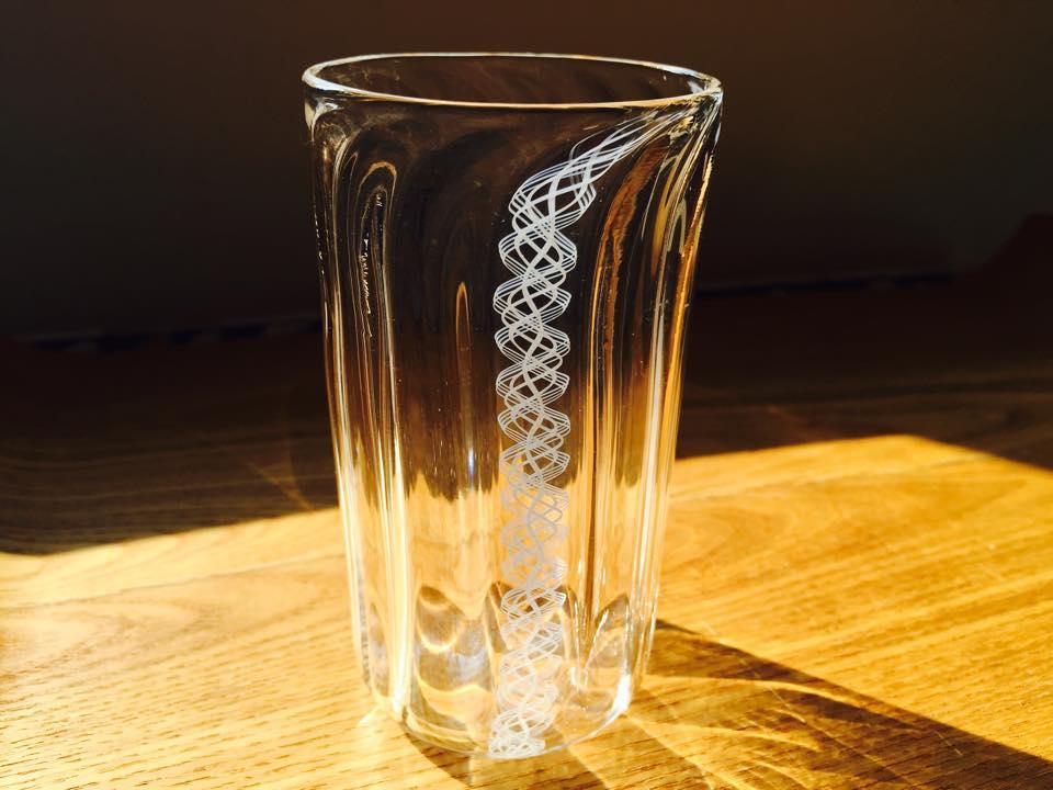 白い繊細な模様が美しいレースガラスのグラス