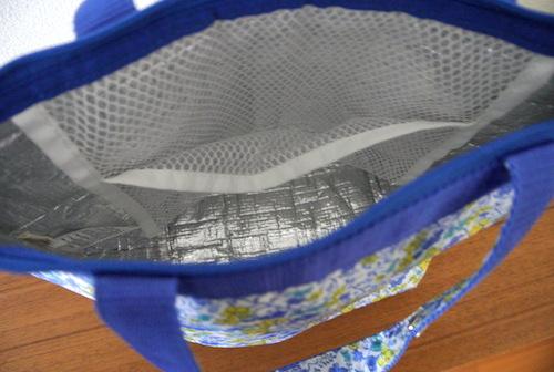 夏のお弁当箱の食中毒対策にいい保冷バッグ。保冷剤を入れらえるポケットもある