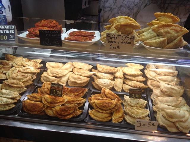 スペインの市場に並んだ揚餃子