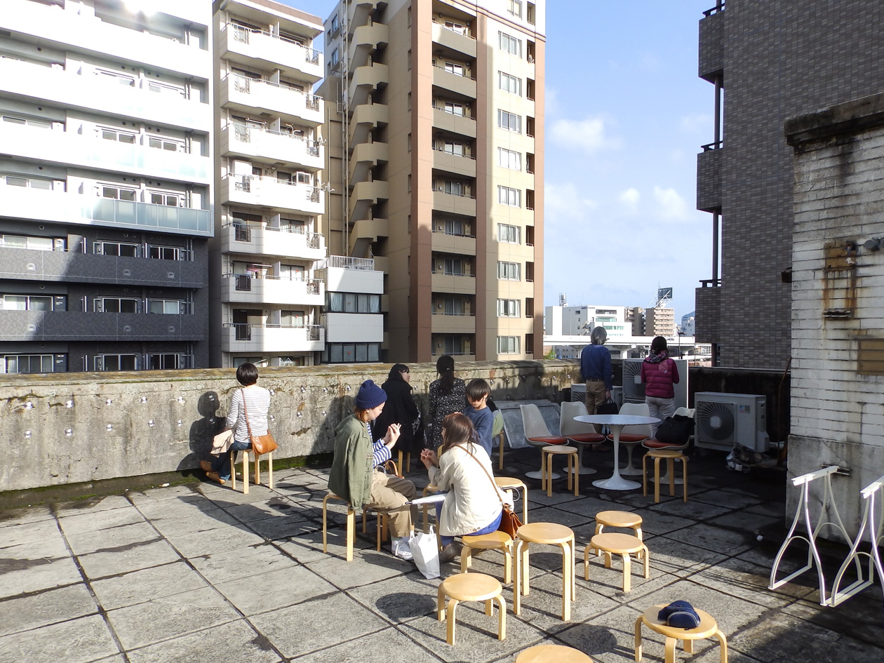 ライオンビルの屋上はカフェスペースに