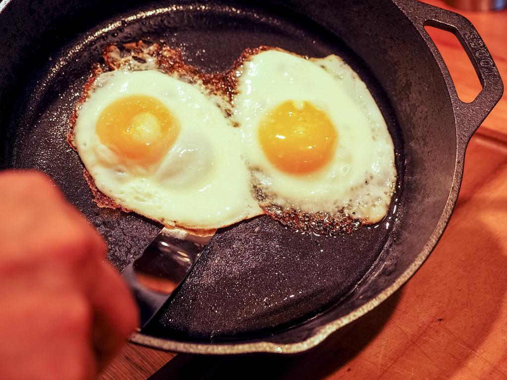 鉄のフライパンで簡単に絶品レシピ!? 「鉄鍋伝道師」おすすめのフライパンを体験