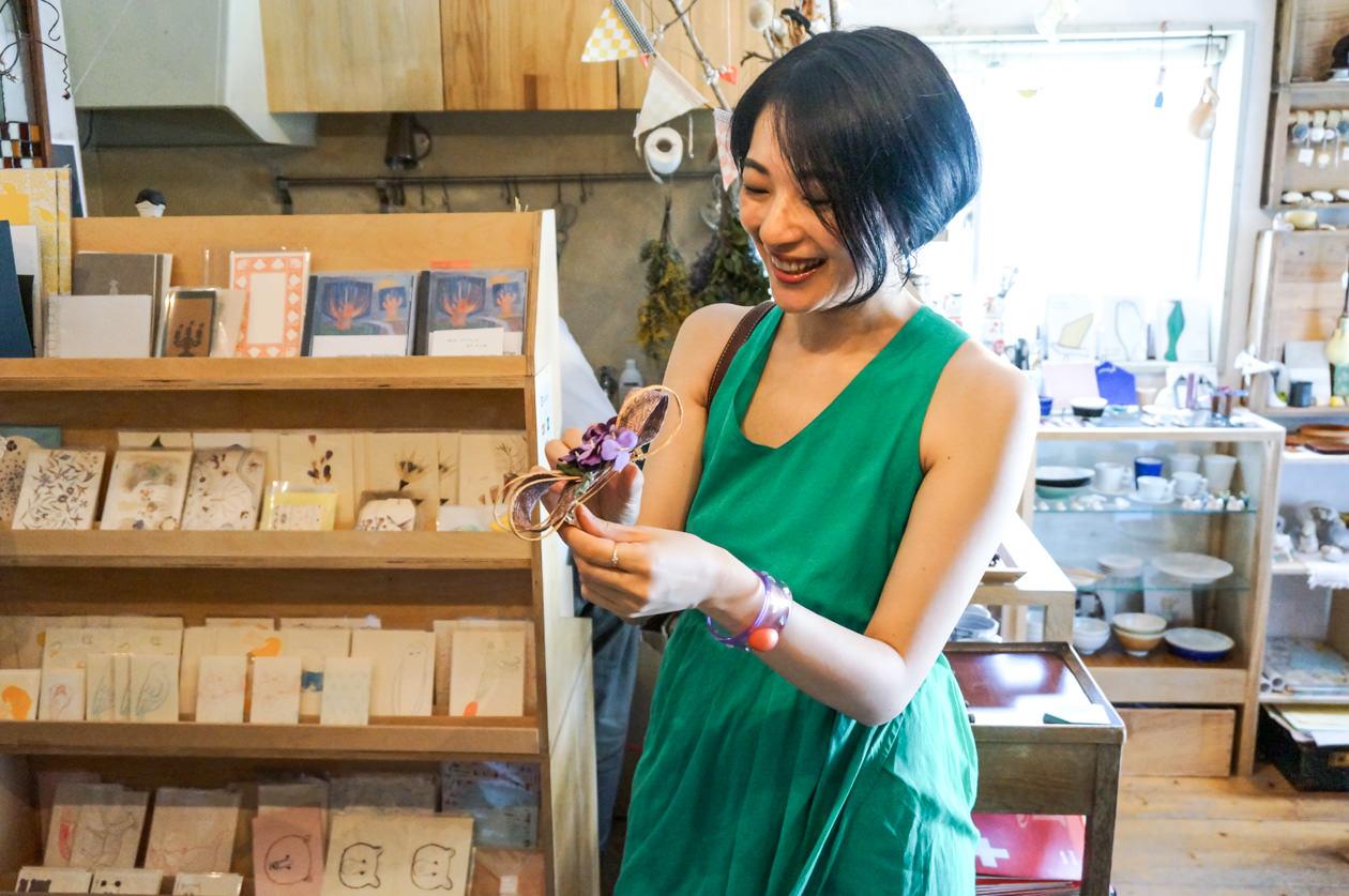 Eckepunktの店内でさっそくコサージュを手に取る筆者