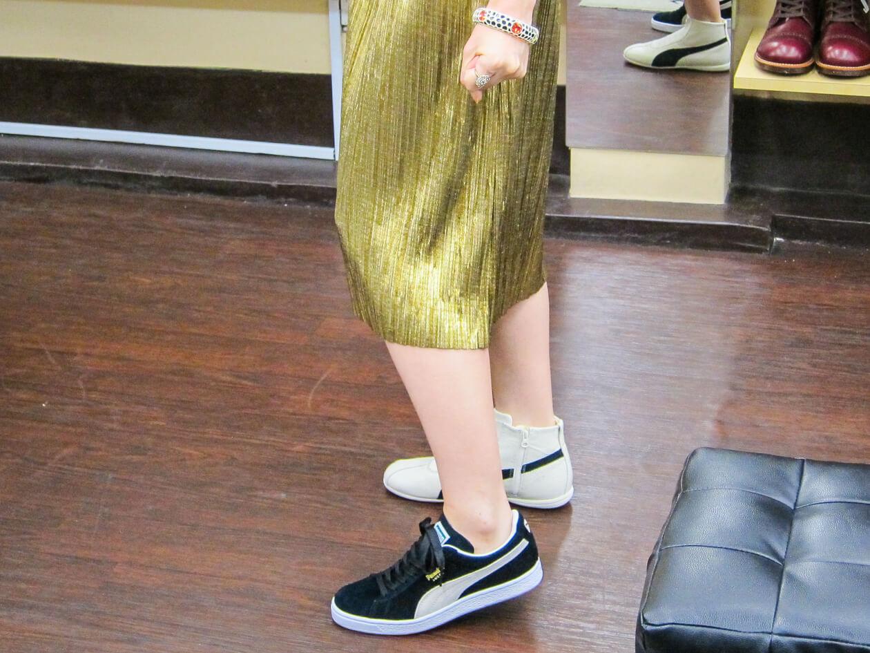 別のスカートに履き替えて、合わせ方を確認。悩みすぎて片足ずつスニーカーを履く筆者
