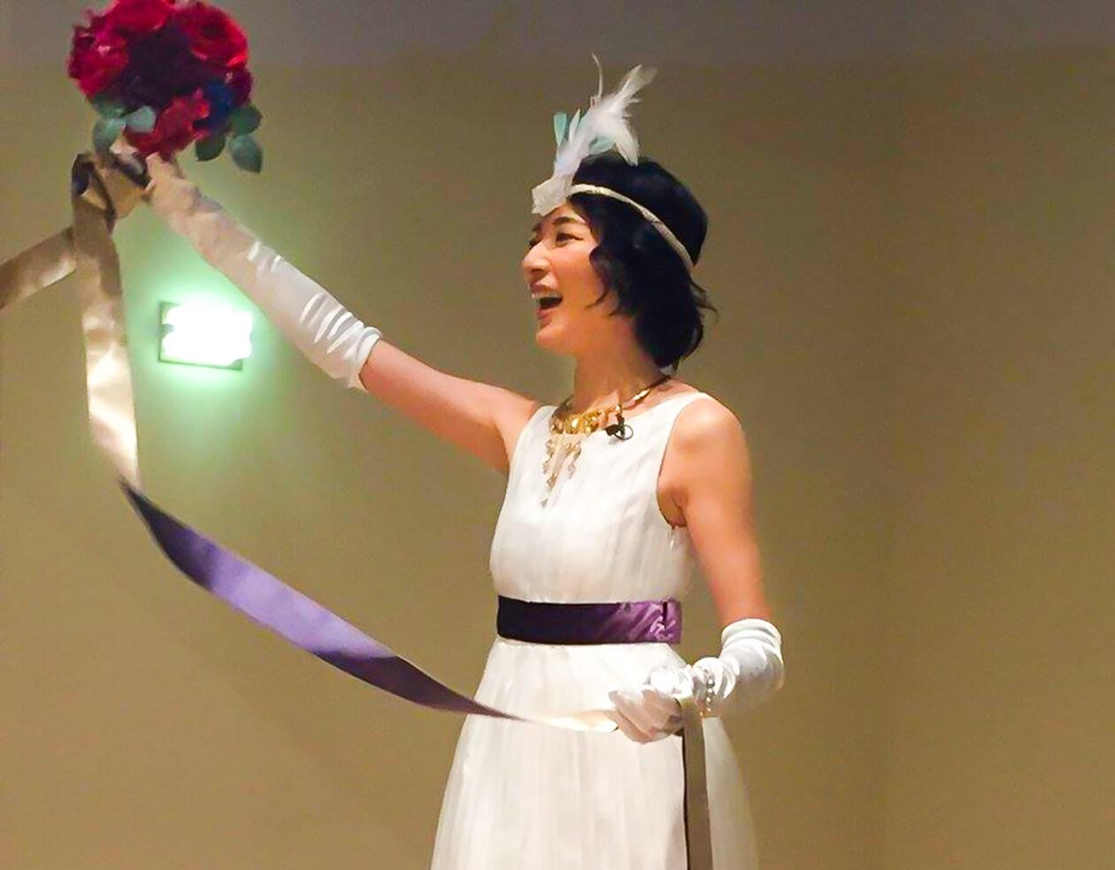 ウエディングドレスを着て歌って踊る筆者