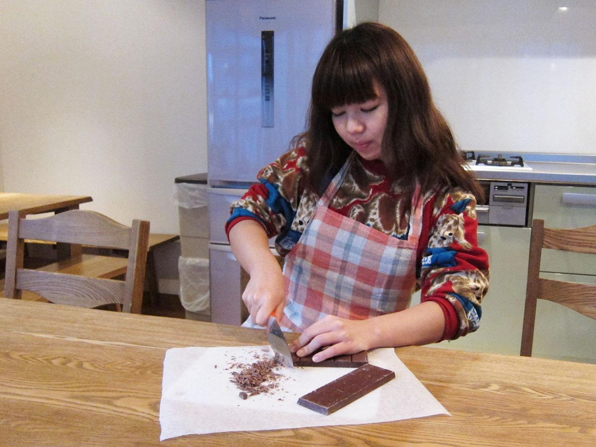 チョコを溶かしやすくするために刻んでいきます。