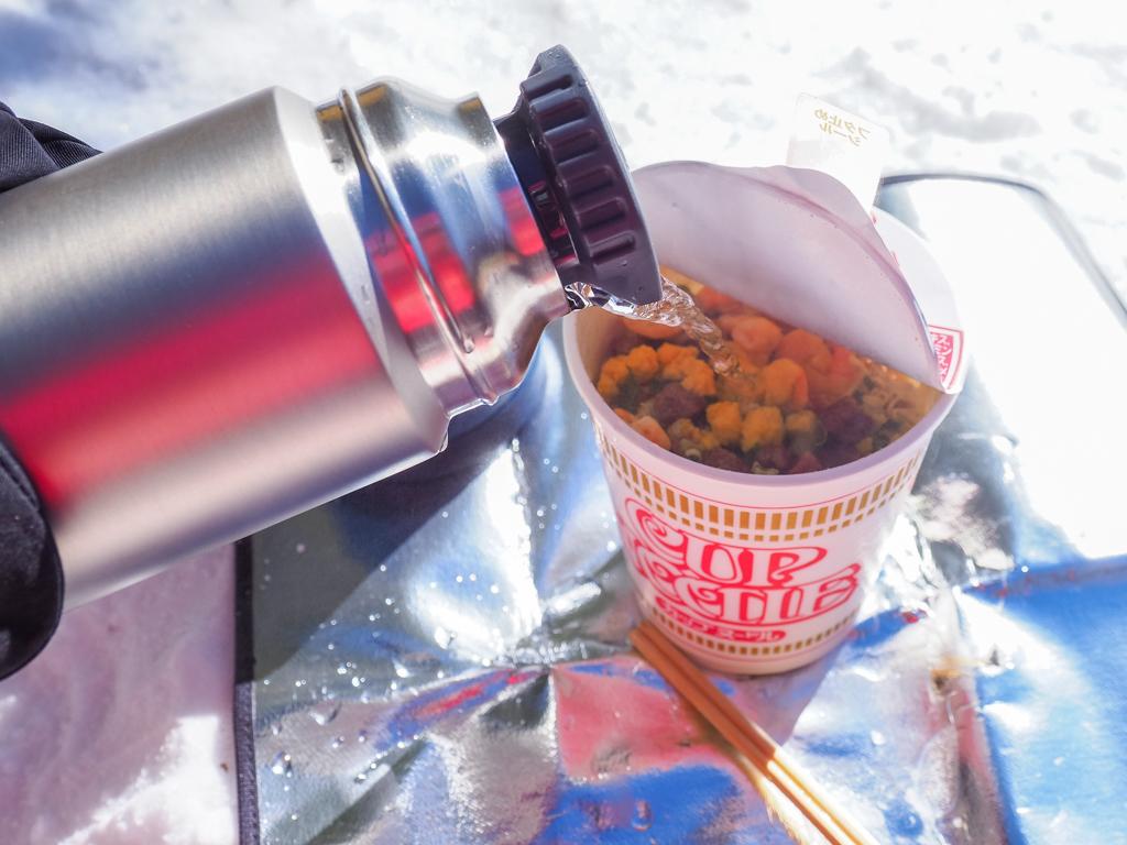 沸騰から半日経ったお湯でカップヌードルを作ってみることにしました。