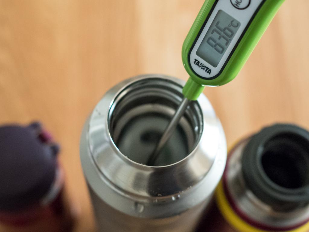 新製品アルパイン サーモボトルは6時間後で83.6℃。