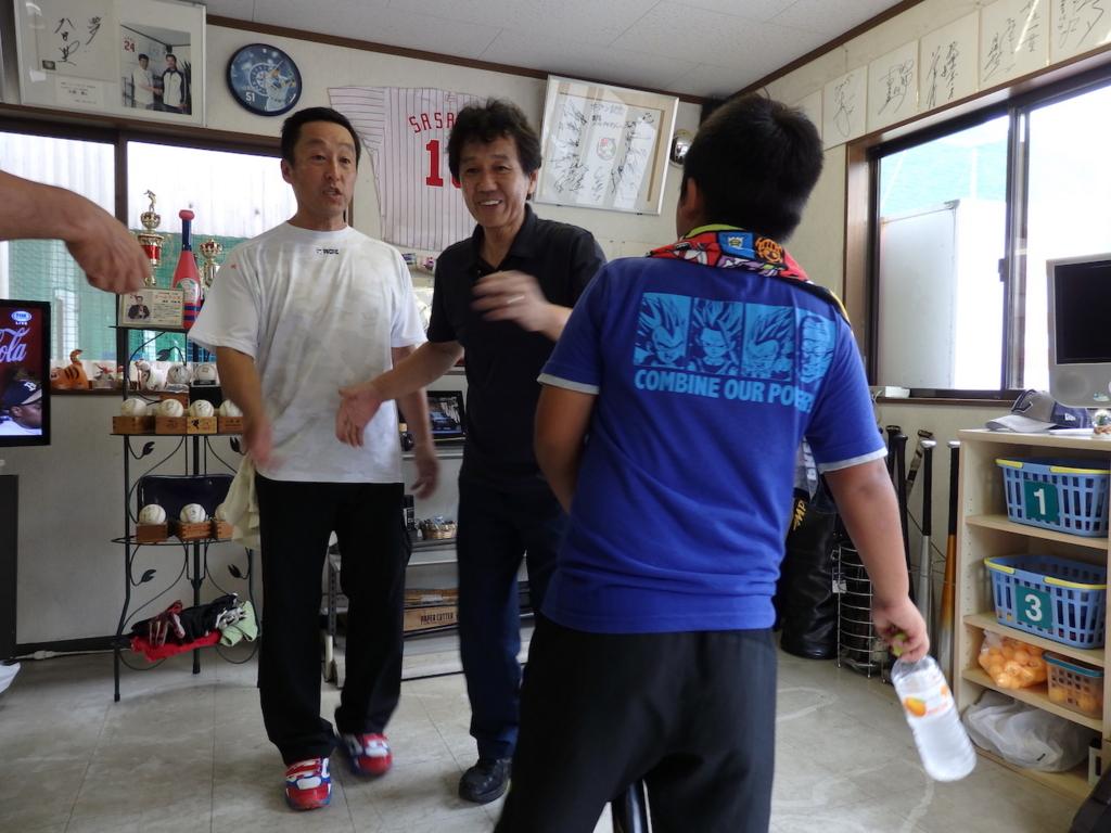 セルフタイマーで記念撮影しようとしたら、お客さんが入ってきて、慌てる佐久間さん(写真中央)