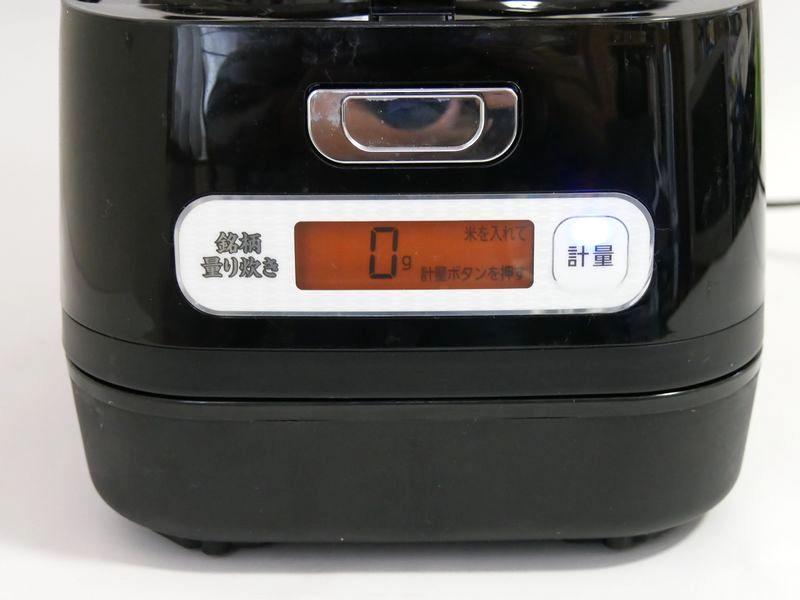 正面にも液晶表示があります。こちらの液晶はお米の計量で使います