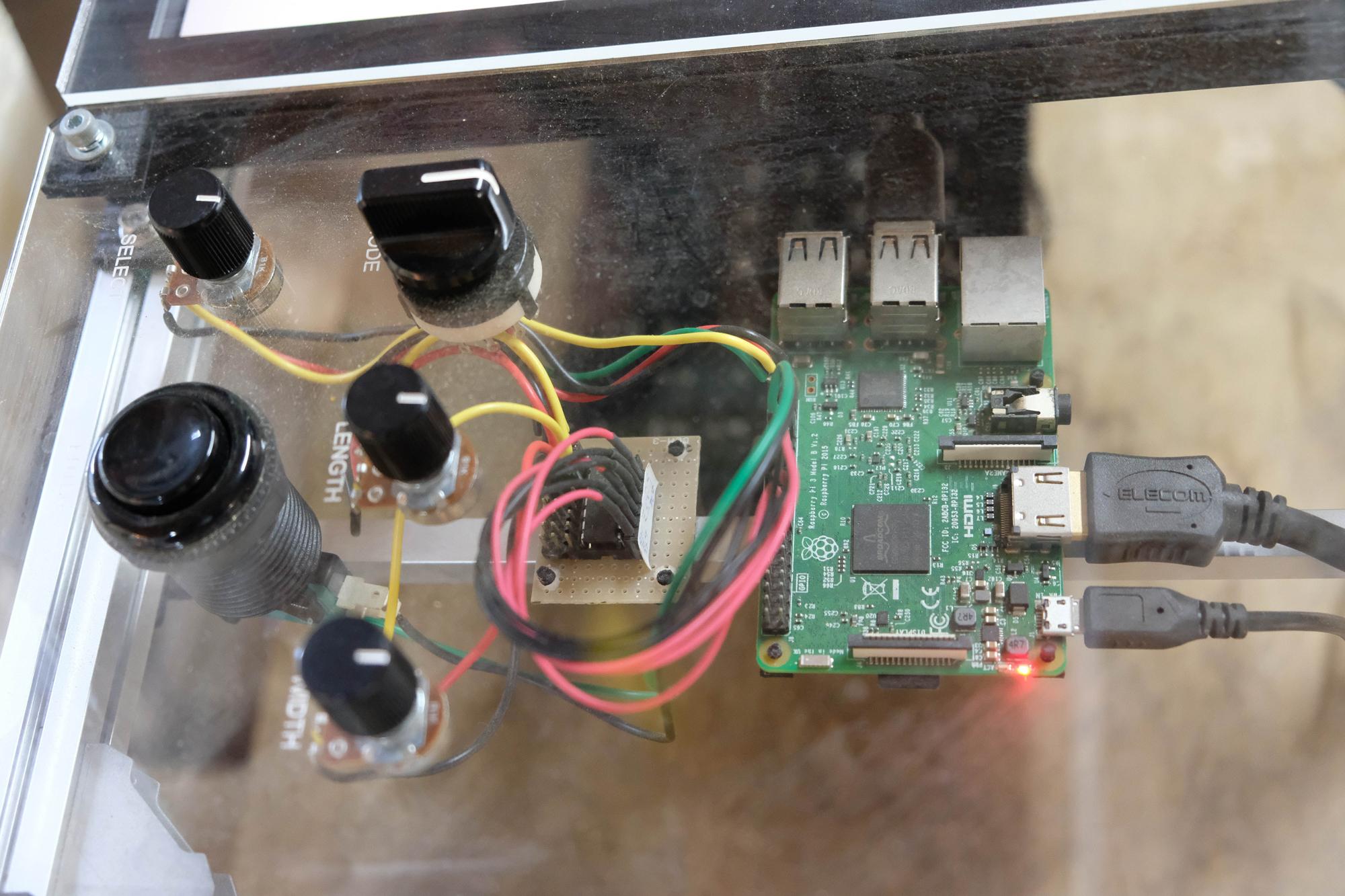 組み込まれたRaspberry Pi 3と、キャリブレーション(きゅうりの太さに合わせて判定基準を調節する)ためのボリュームスイッチ