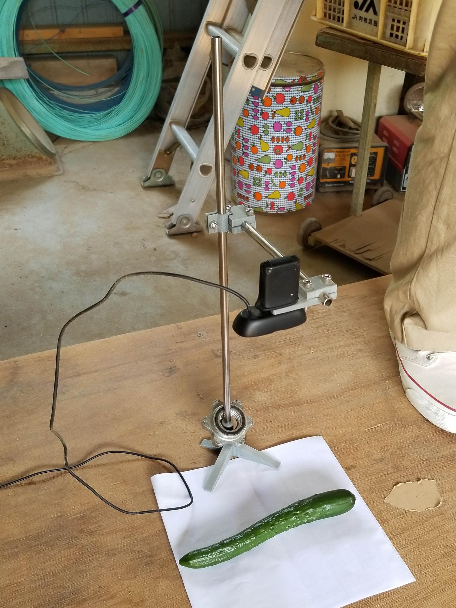 最初の実験に使用した試作1号機。アルミパイプと3Dプリンタで作った部品で自作したスタンドにウェブカメラを取り付けたもの