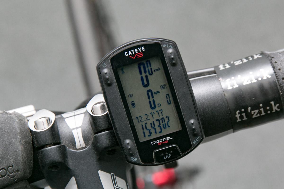 3231b5513a 当時買った物とは異なりますが、これがサイコンです。スピード、走行距離はもちろん、心拍数を計測できるモデルもあります。