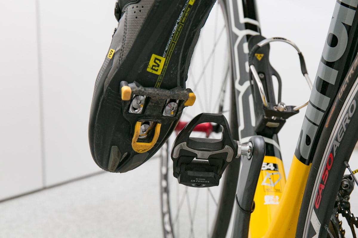 b3fdb9894f 靴の裏側に付いている黄色い爪のようなパーツがクリート。これで靴をペダルと固定するのです。