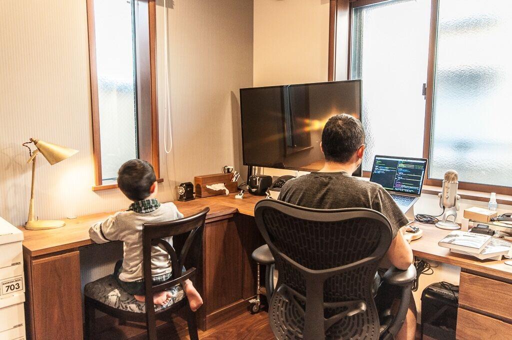 クローズド書斎にパソコンを持ち込み、三男や四男の勉強に付き添いながら仕事