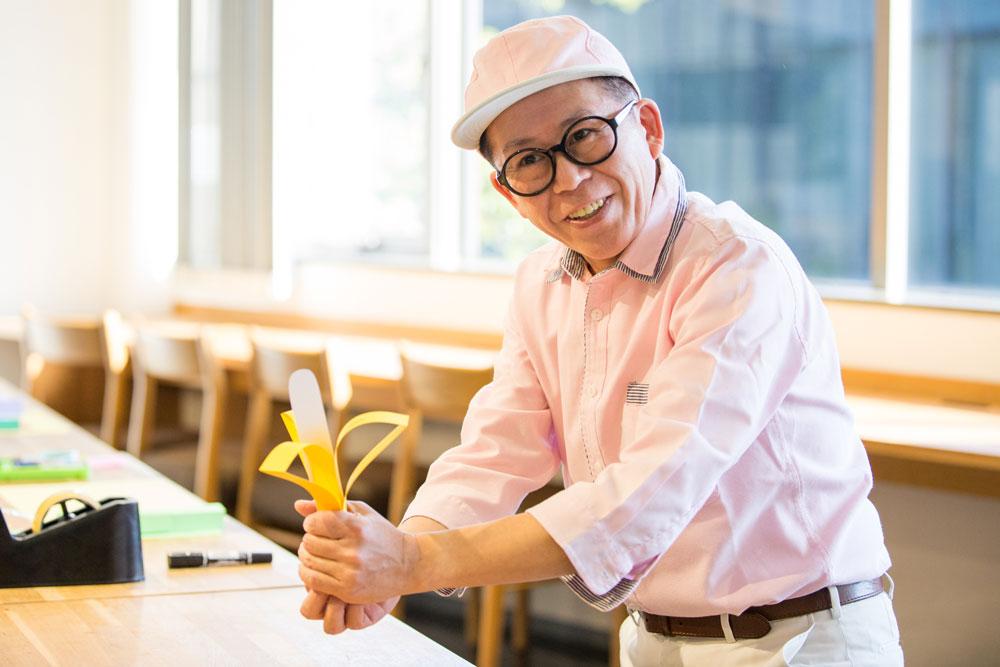 画用紙を使った工作を披露する久保田さん