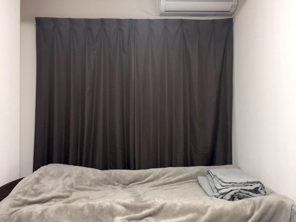 モノを持たずに殺風景な部屋で暮らしている男に2万円を与えると、なにを買うのか?
