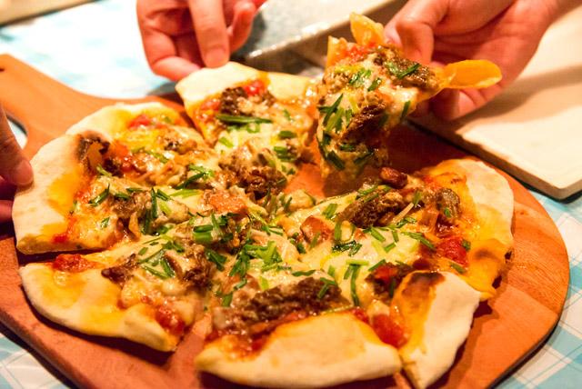 トマトソース×アミガサタケのピザ