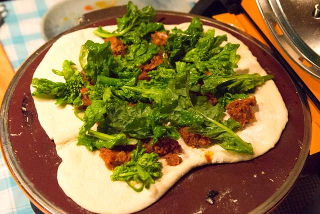 ラムスパイス煮と菜の花のピザ