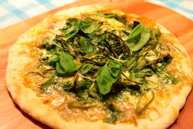 グリーンカレー×チーズ×菜の花×アサツキ×青唐辛子×バジルのピザ