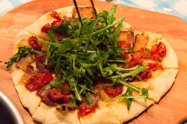 干し肉×ドライトマト×セルバチコ×グラナ・パダーノのピザ