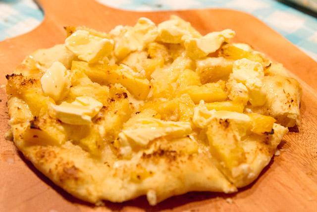 マスカルポーネチーズ×パイナップル×バニラアイスのピザ