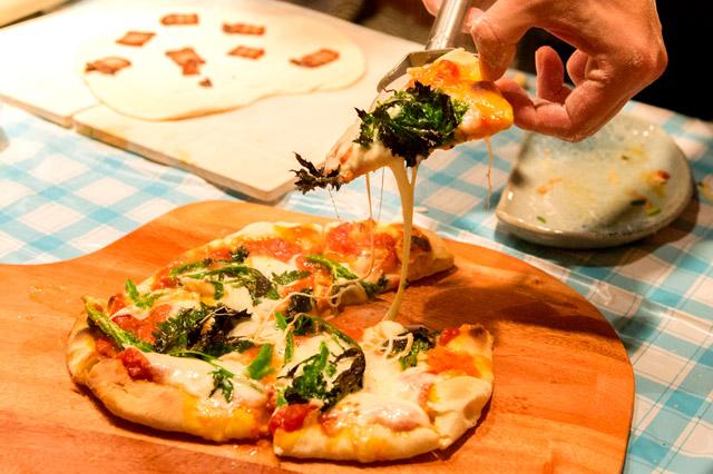 「さくさく石窯ピザメーカーでピザを焼く