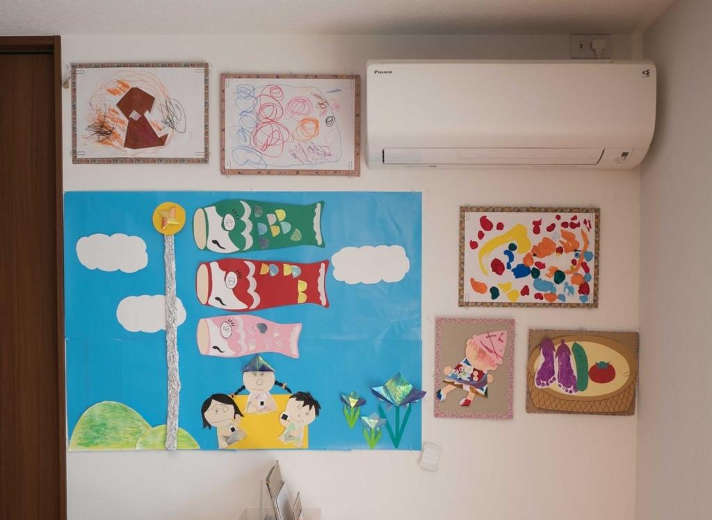 子どもの成長に気付くため、壁に絵を飾る