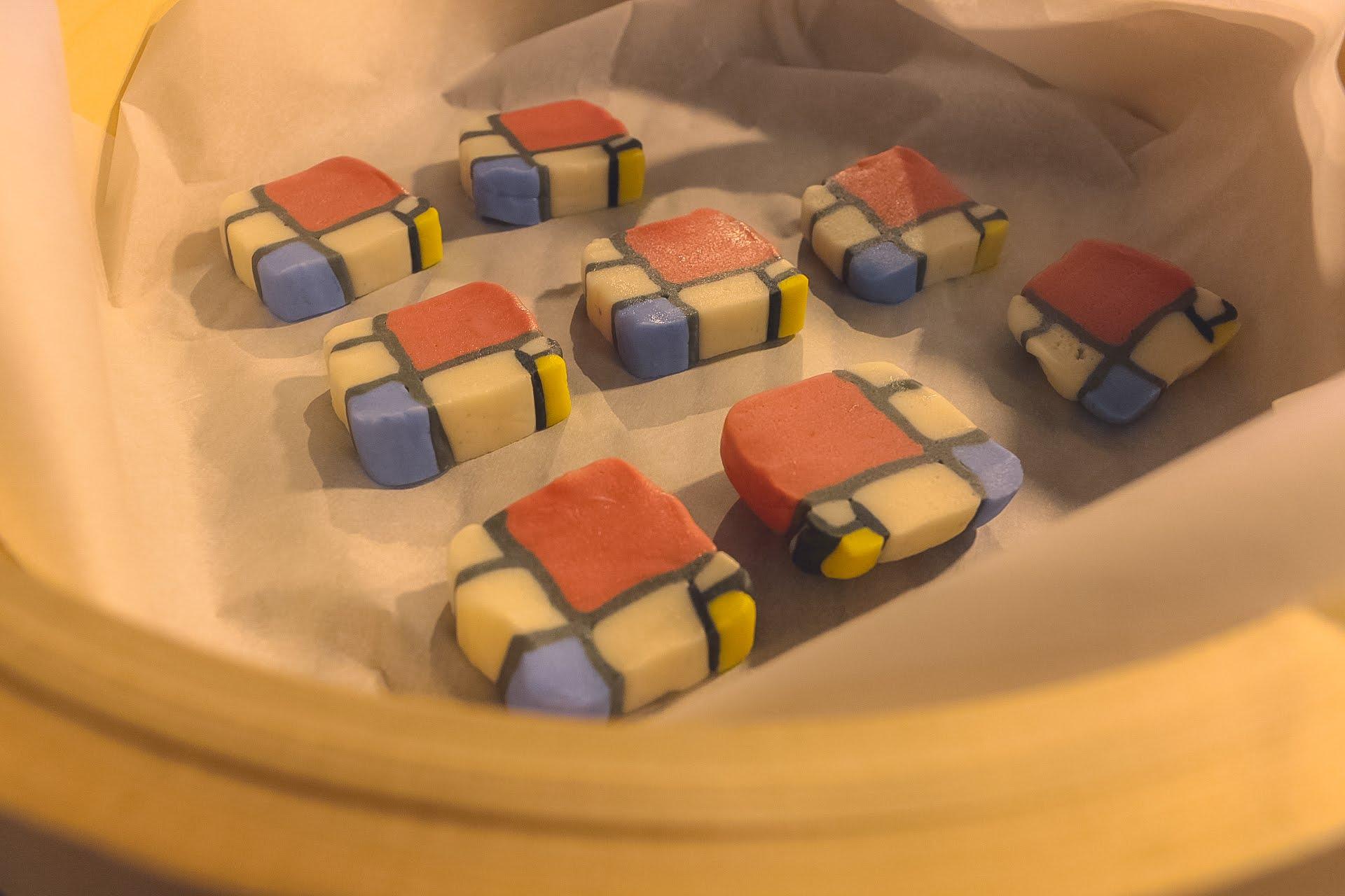 オランダの画家、ピエト・モンドリアンの代表作「コンポジション」なべこもち