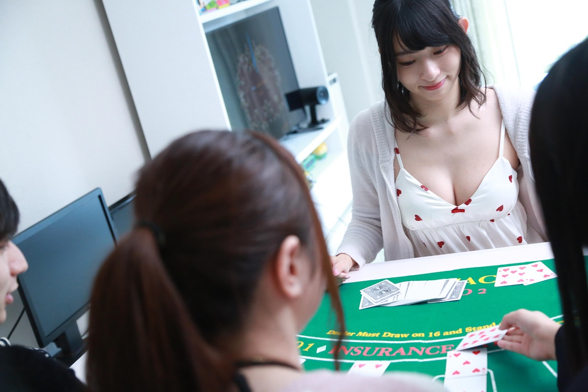わたくし倉持由香、吉田山(吉田早希)、ゆのしー(水沢柚乃)、プロゲーマーのけんきくんでブラックジャックを練習しています。
