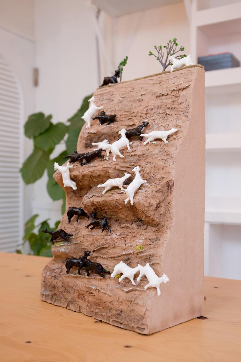 乙幡啓子作「崖の上のヤギゲーム」、絶妙なバランスで20体をのせることに成功!