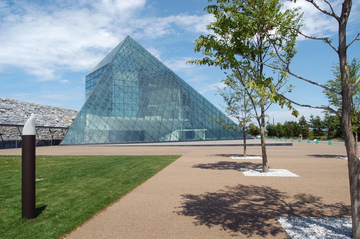 北海道、札幌にある「モエレ沼公園」のガラスのピラミッド