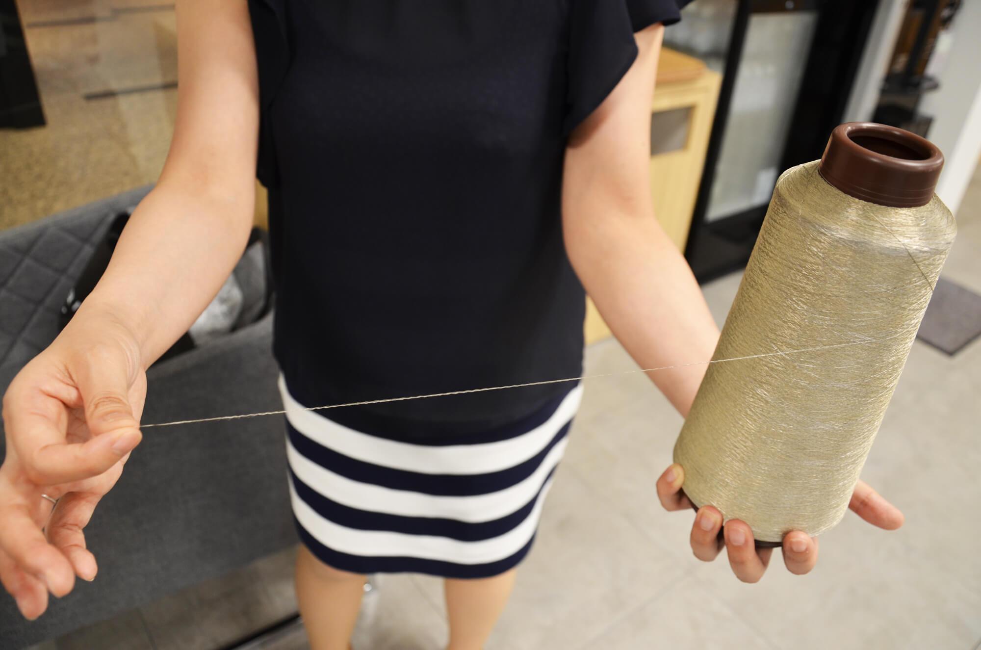 ミツフジ独自の導電性銀繊維「AGposs」。銀メッキ加工が施されているが、手触りは普通の糸と変わりない