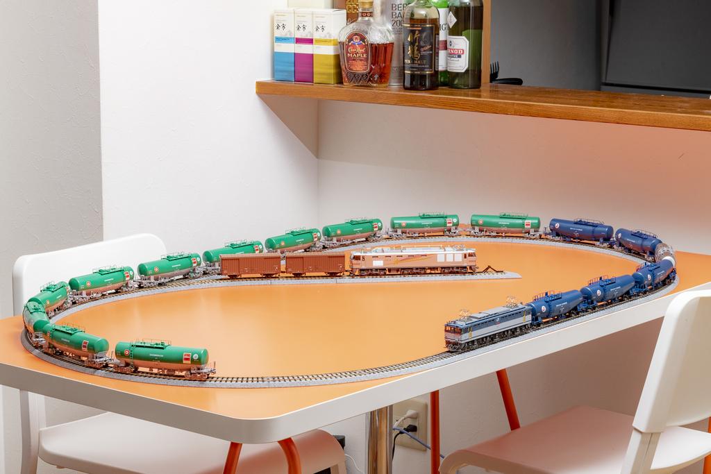 鉄道模型を広大なレールの上に走らせる