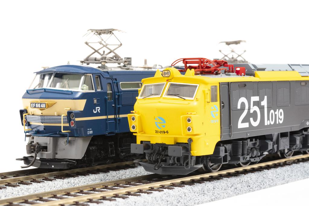 奥が中古で購入したTOMIXの「EF66」、手前はスペインのElectrotren社の「RENFE251」。