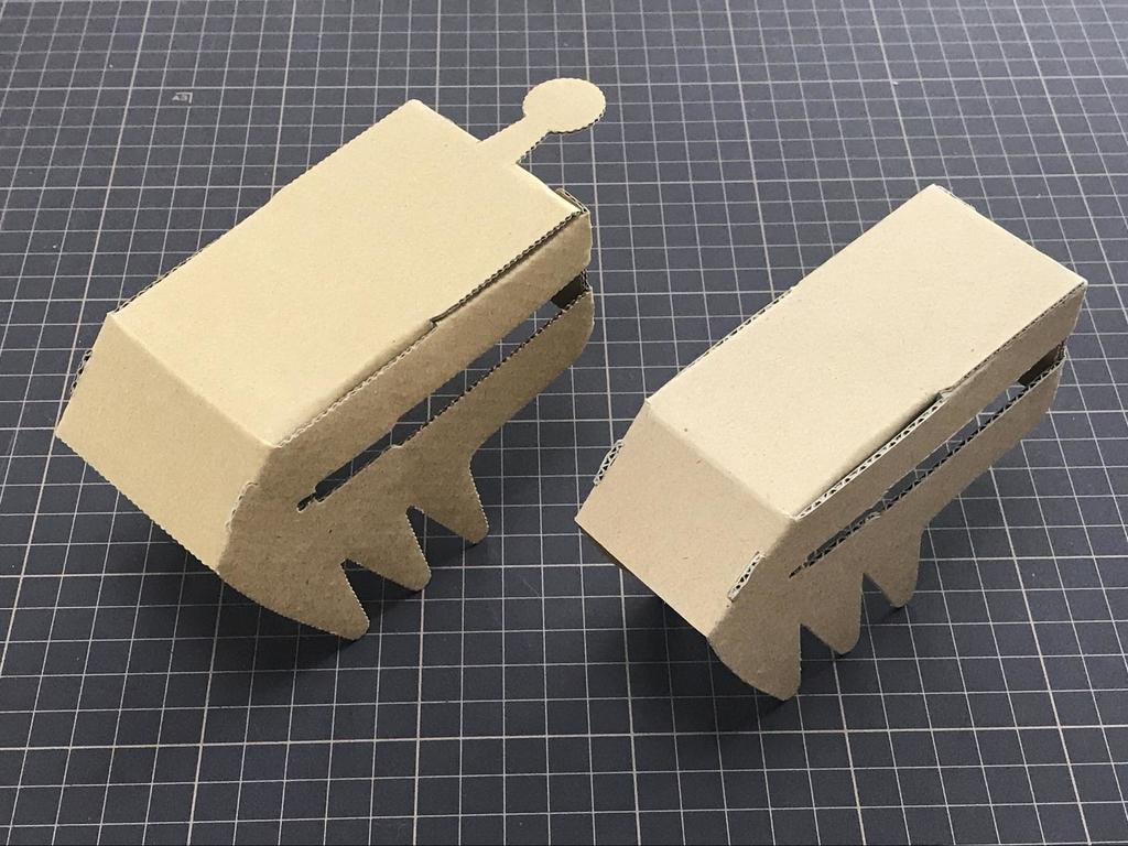 任天堂の正規のダンボールシートから制作したもの(左)、リモコンカー(右)