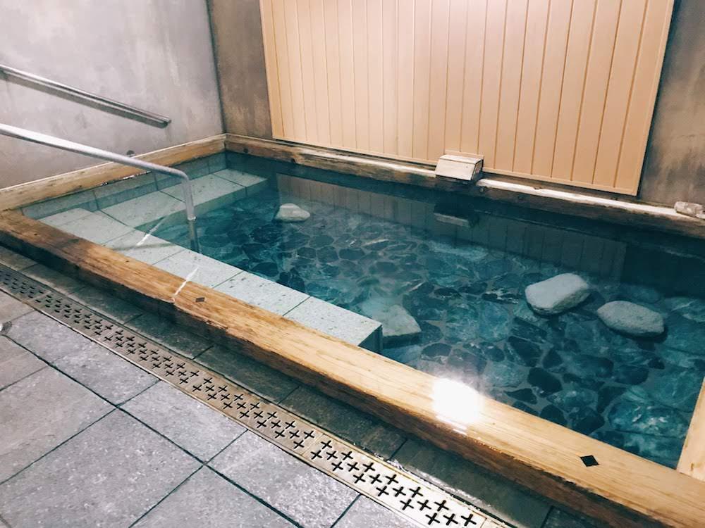 女湯の内湯。広々していてデザインもすてき