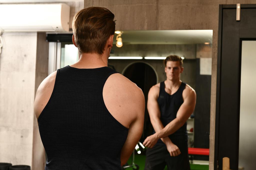 「筋肉は裏切らない」でおなじみのテレビ番組『みんなで筋肉体操』(NHK)への出演で注目を集める村雨辰剛(むらさめ・たつまさ)さん。普段のトレーニング姿でお話を伺った。