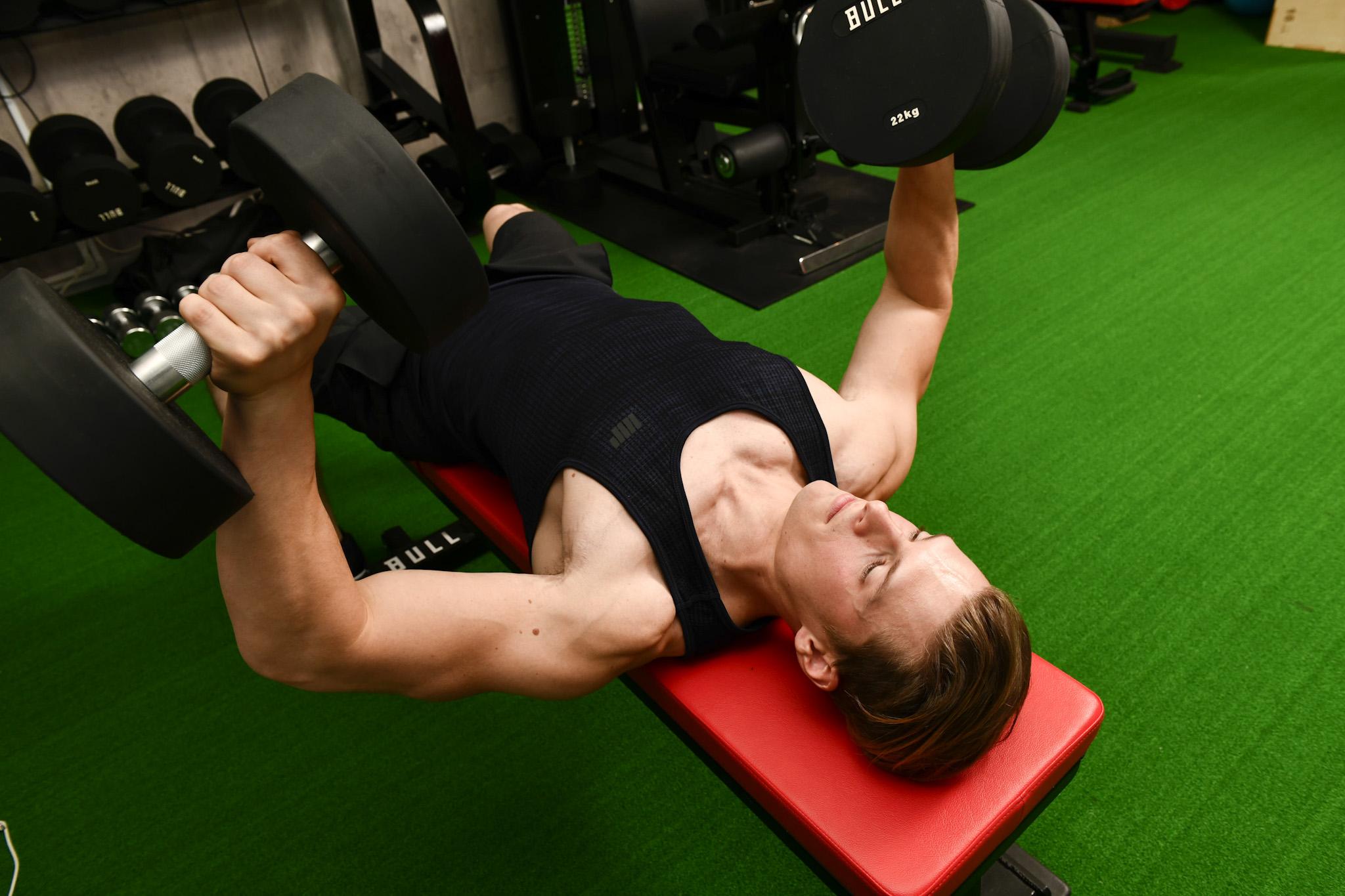 「筋肉は裏切らない」でおなじみのテレビ番組『みんなで筋肉体操』(NHK)への出演で注目を集める村雨辰剛(むらさめ・たつまさ)さんの普段のトレーニングの様子。