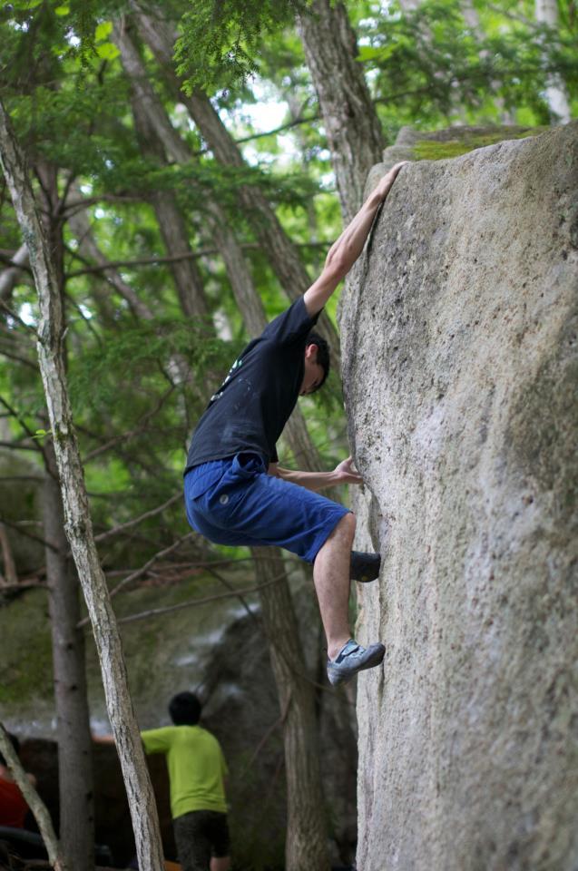 ボルダリングで岩頭を掴んだ瞬間
