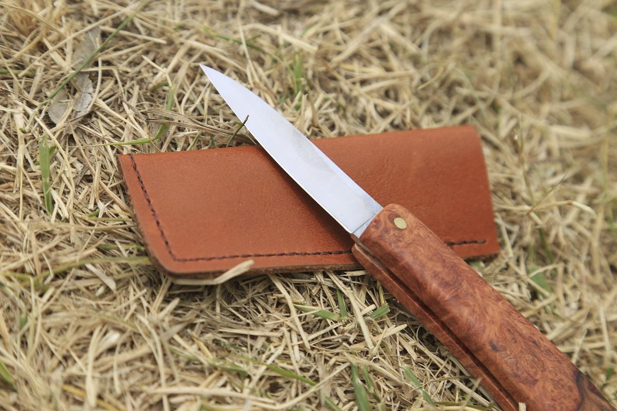 ワイルドな外遊び用のキャンプ道具。子供用のナイフ