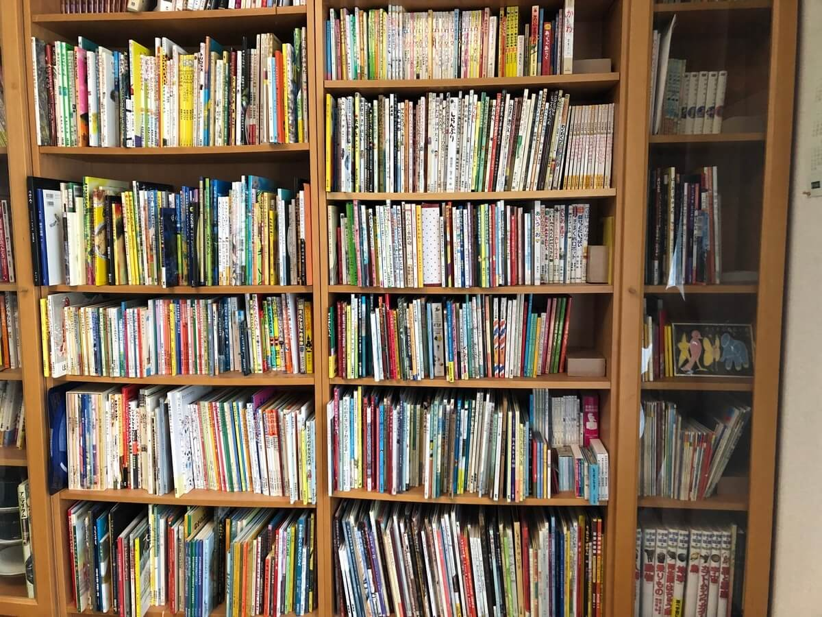 我が家にいくつかあるうち、一番大きい本棚。今年中には容量オーバーしてしまいそうなのが悩みの種。