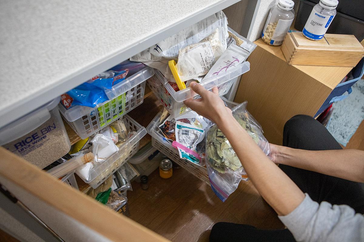 キッチンの棚からもどんどんスパイスが出てくる