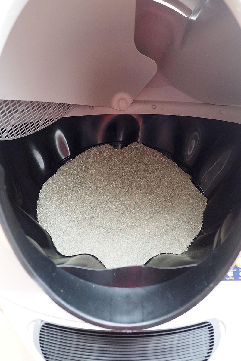 内部には猫砂を敷いておきます。
