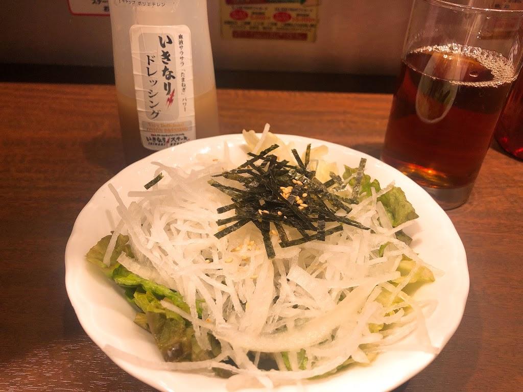 サラダとお肉と黒烏龍茶