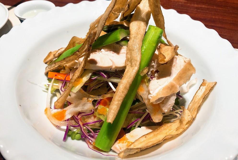 季節野菜と蒸し鶏のサラダ