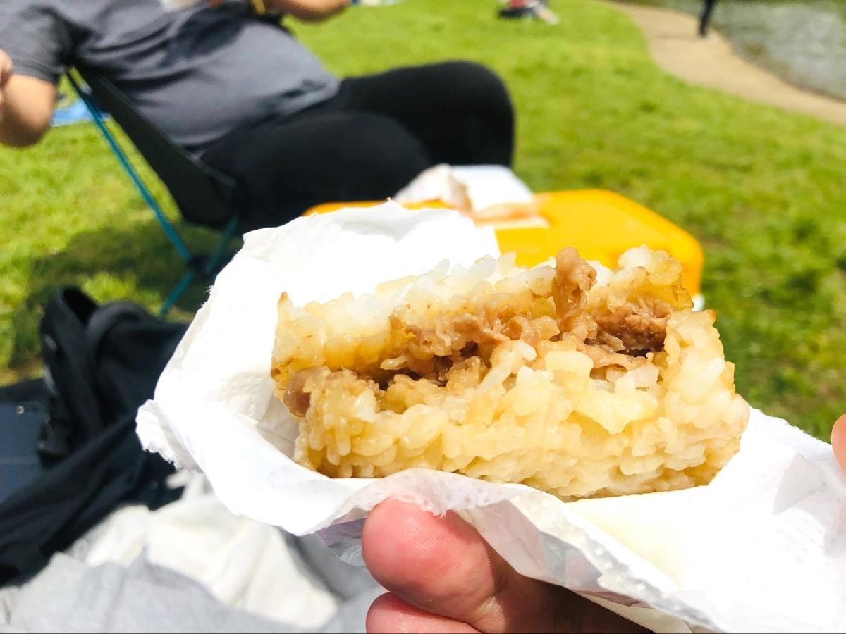 外で食べる松屋の「牛めしバーガー」