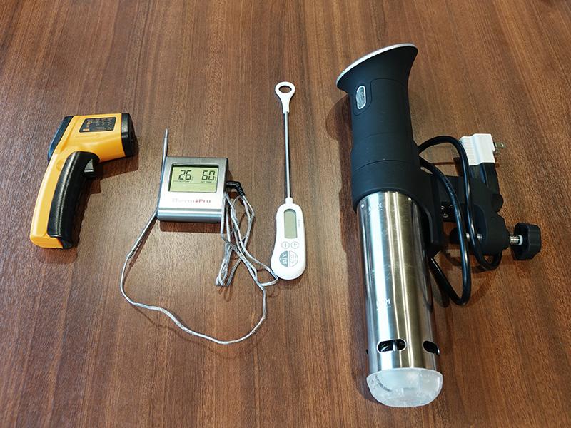 左からサーモグラフィー、オーブン用の温度計、温度計、低温調理器Anova