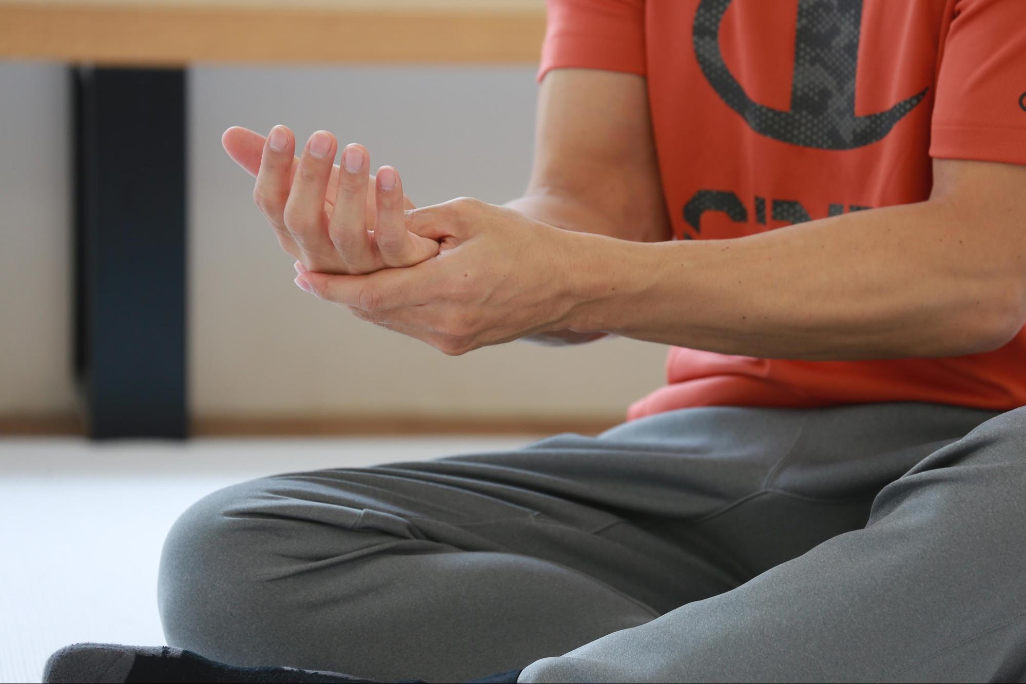 ケイン・コスギのゲームのための筋トレ術。指や手が固いなと感じたら、親指の付け根や手のひらの真ん中をグッと押してマッサージする