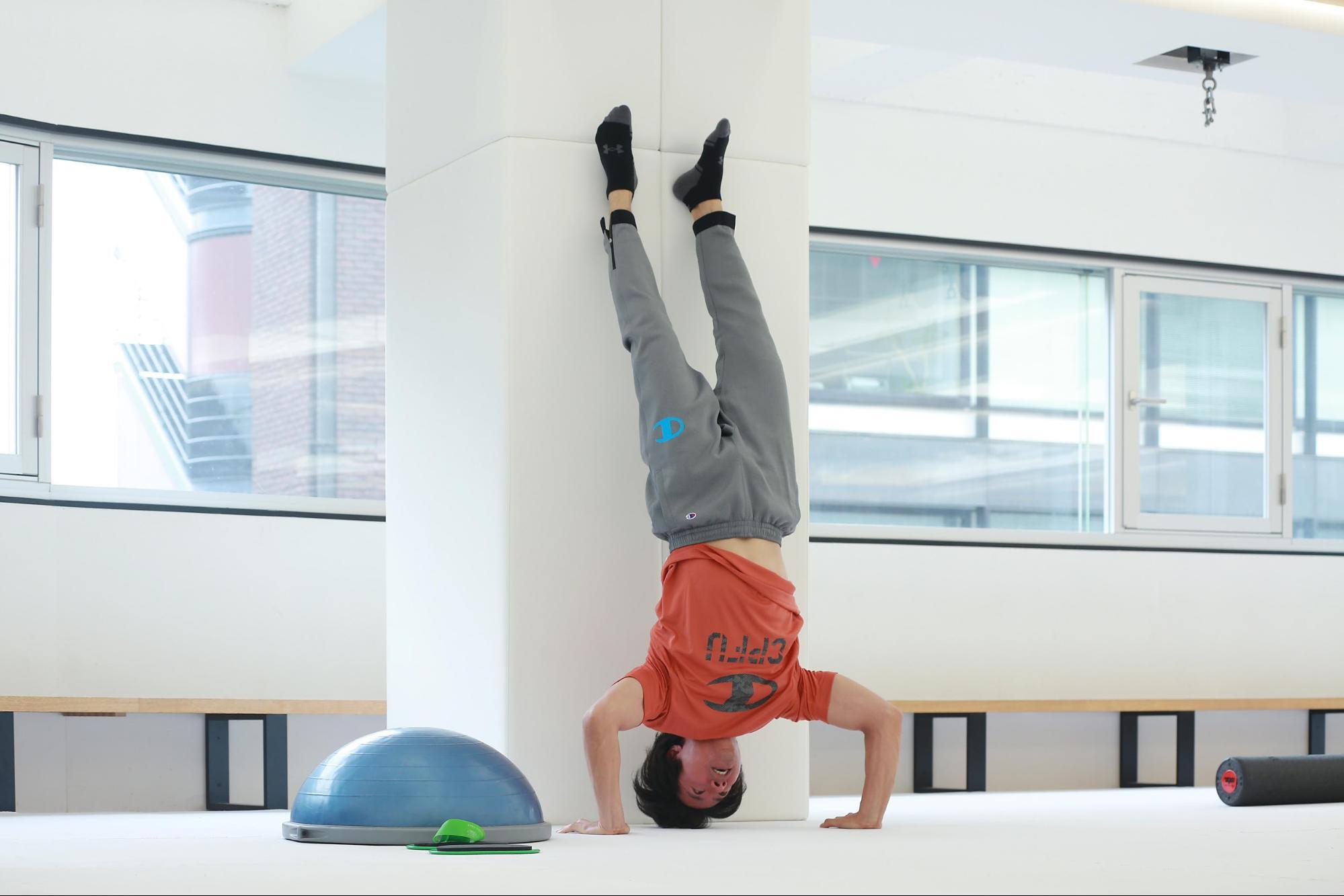 ケイン・コスギのゲームのための筋トレ術。逆立ち腕立て伏せで全身をトレーニング。