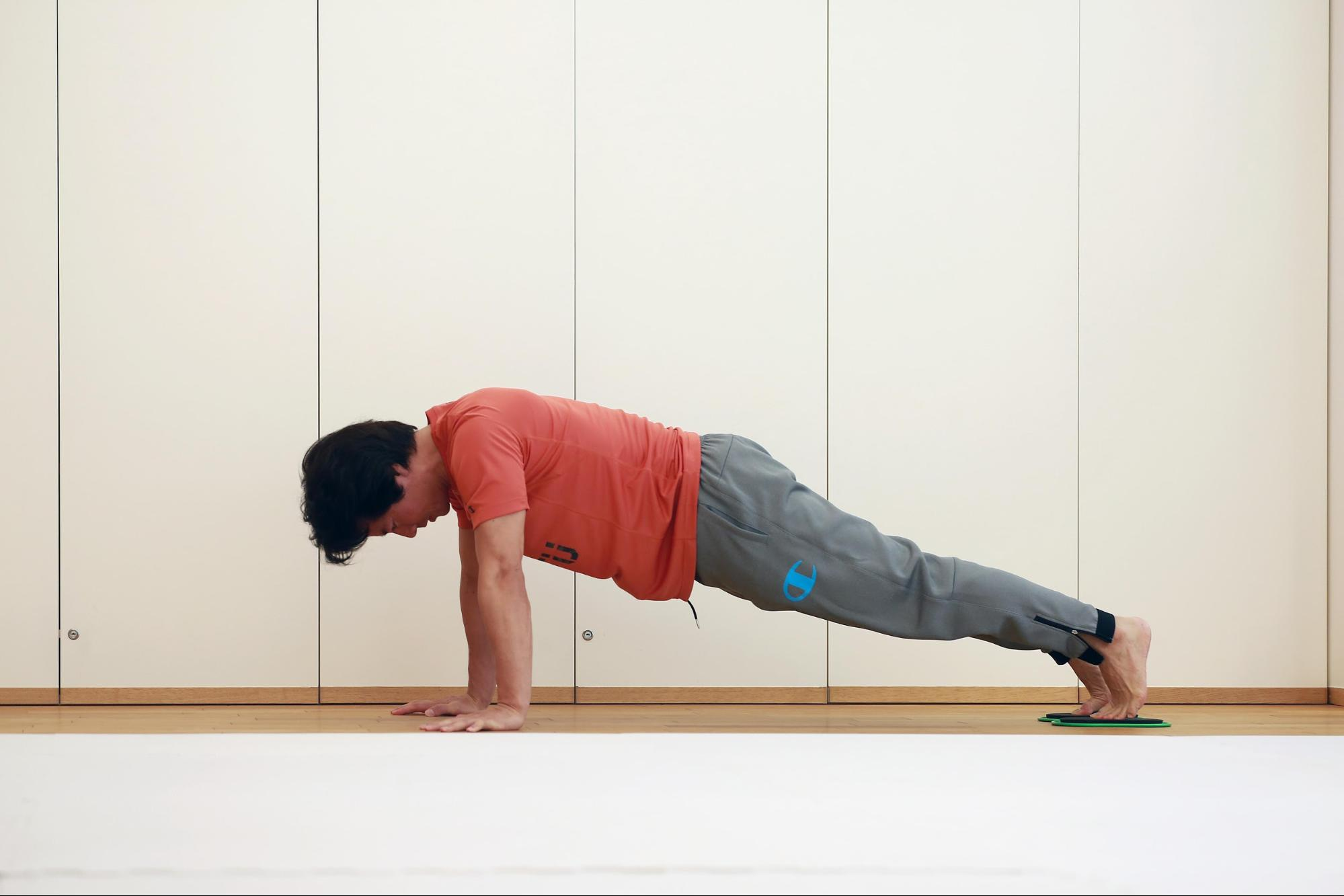 ケイン・コスギのゲームのための筋トレ術。腕立て伏せの姿勢を維持するだけでも効果的。